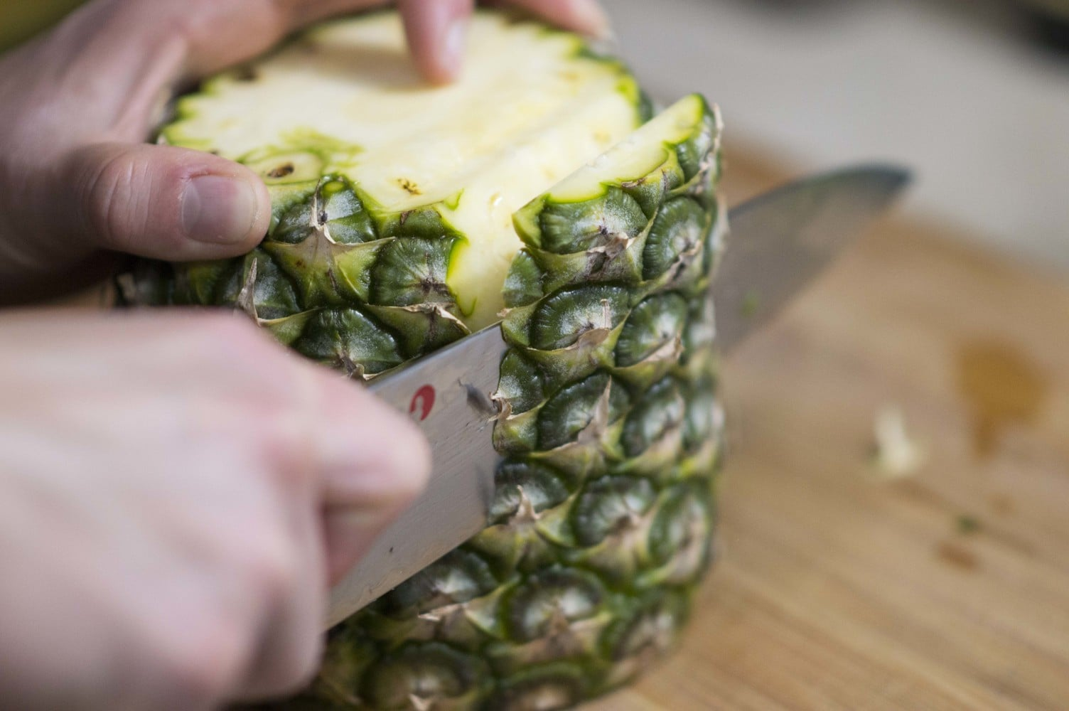 how to cut an pinapple